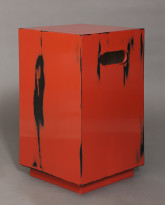 Tabouret in Red Neguro Nuri